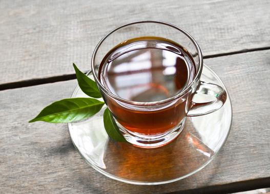 grøn te på træbord