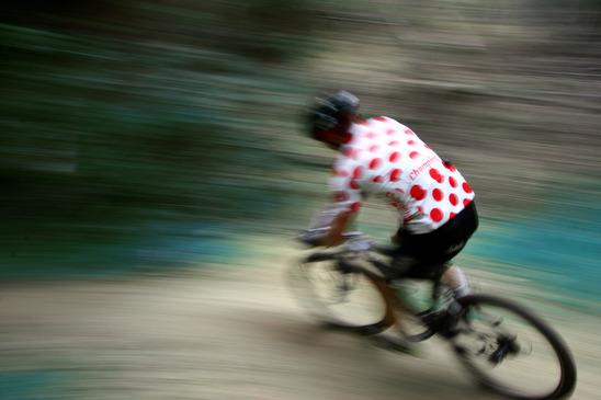 en cykelrytter med den prikkede bjergtrøje