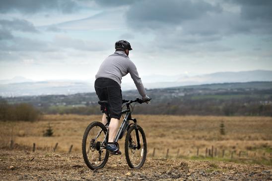 en cyklist på tur